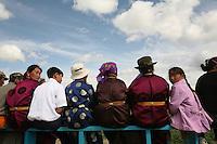 Mongolia   spettatori durante il Nadam , bambina guarda all'indietro