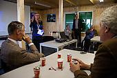 Burgemeester Marijke van Beek (Eemsmond) heet  deltacommissaris Wim Kuijken welkom in de Eemshaven tijdens zijn werkbezoek aan het Groningse Waddengebied.