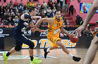 Basketball  1. Bundesliga  2016/2017  Hauptrunde  14. Spieltag  16.12.2016 Walter Tigers Tuebingen - Alba Berlin Davion Berry (re, Tigers) gegen Carl English (li, Alba)