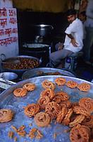 "Asie/Inde/Rajasthan/Udaipur : Marché Mandi - Etal ""jalebi"" beignet au sirop"