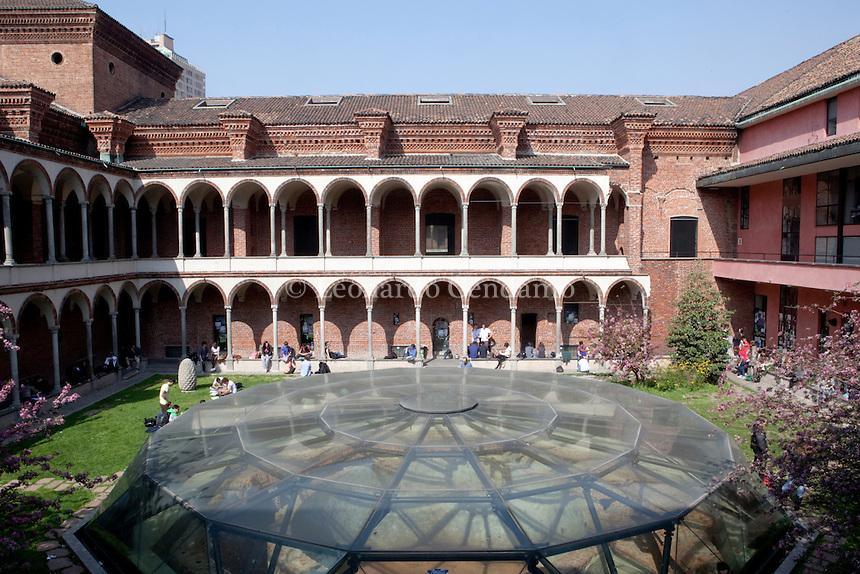Università Statale di Milano via Festa del Perdono. Con universitari. Milano 28 marzo 2012. © Leonardo Cendamo
