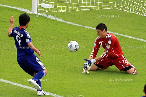 Takumi Minamino (JPN), Nicolas Sequeria (ARG), JUNE 24th, 2011 - Football : 2011 FIFA U-17 World Cup Mexico Group B match between Japan 3-1 Argentina at Estadio Morelos in Morelia, Mexico. (Photo by MEXSPORT/AFLO).