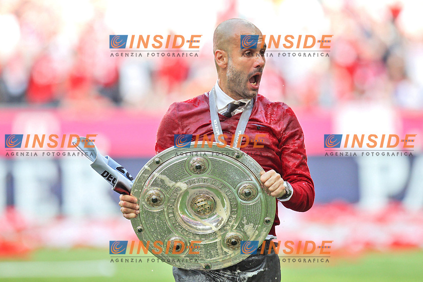 10.05.2014, Allianz Arena, Muenchen, GER, 1. FBL, FC Bayern Muenchen vs VfB Stuttgart, 34. Runde, im Bild Chef-Trainer Pep Guardiola (FC Bayern Muenchen), Bierdusche, haelt die Meisterschale in der Hand // during the German Bundesliga 34th round match between FC Bayern Munich and VfB Stuttgart at the Allianz Arena in Muenchen, Germany on 2014/05/10. EXPA Pictures &copy; 2014, PhotoCredit: EXPA/ Eibner-Pressefoto/ Kolbert<br /> <br /> *****ATTENTION - OUT of GER***** <br /> Football Calcio 2013/2014<br /> Bundesliga 2013/2014 Bayern Campione Festeggiamenti <br /> Foto Expa / Insidefoto