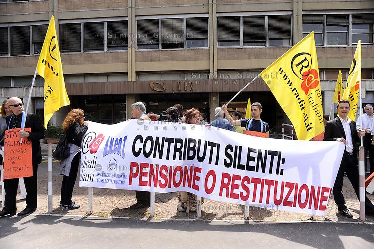 Roma, 20 Maggio 2011.Sede INPS via dell'Amba Aradam.Manifestazione del partito radicale per reclamare la restituzione dei contributi volontari che non maturano pensioni.