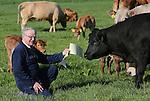 Foto: VidiPhoto<br /> <br /> NIJMEGEN - Boeren zijn vaak het onderwerp van klachten uit de buurt. Zo niet vleesveehouder Johan den Hartog. Hij is een van de weinige boeren in Nijmegen en zijn percelen grenzen aan de nieuwbouwwijk Waalsprong. Donderdagochtend ontdekte hij tot zijn grote verrassing een brief van een vrouwelijke 'fan' in zijn brievenbus. Een pendelende dame wordt vrolijk van de koeien en kalfjes in de wei en de boerderijgeuren. &quot;Goedemorgen beste boer. Iedere morgen fiets ik, onderweg van Elst naar Nijmegen, langs uw boerderij en daar word ik altijd heel gelukkig van de lekkere geur, maar voor als ik de koeien samen met hun kalfjes in de wei zie liggen en lopen; dat zie je niet meer zo vaak. Ik vond het leuk u dat even te laten weten. Hartelijke groet, Ignace Popma.&quot;  En daar wordt Den Hartog weer vrolijk van. De veehouder heeft ruim 40 jaar in het agrarisch onderwijs gezeten en heeft dit nog niet vaak meegemaakt. Zelf heeft hij zo'n 110 vleeskoeien van diverse rassen, waarvan een deel met kalfjes in de wei naast zijn boerderij loopt. Drie jaar geleden kreeg hij een anonieme brief met de vraag waar de kalfjes bleven. Foto: Johan den Hartog toont de brief aan zijn koeien.