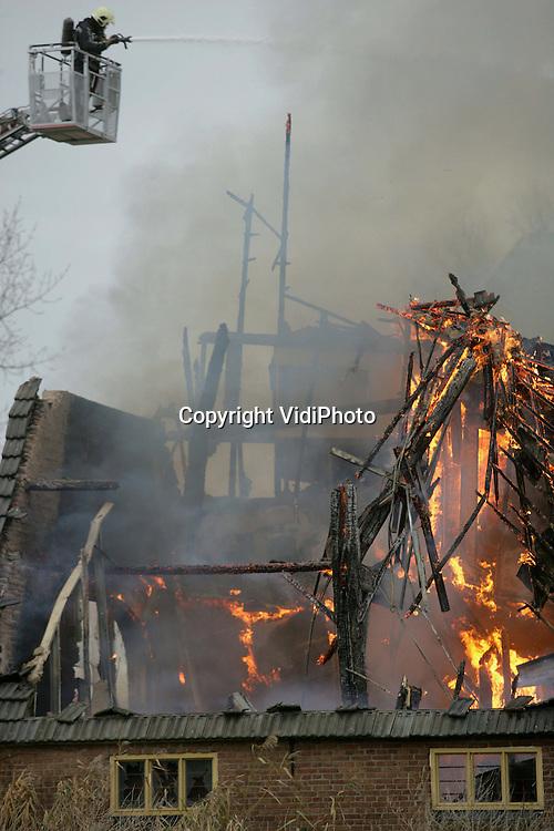 Foto: VidiPhoto..ELST - Bij sauna De Lingetuin in het Betuwse Elst woedt vrijdag een grote uitslaande brand. Het saunagedeelte van het pand is totaal verwoest en het woongedeelte heeft rook- en waterschade opgelopen. Verschillende korpsen uit de regio bestrijden het vuur. De oorzaak van de brand is nog onduidelijk. Bezoekers en personeel konden de sauna op tijd verlaten.