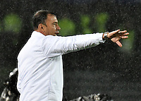 BOGOTA - COLOMBIA - 12 - 02 - 2017: Harold Rivera, técnico, de Atletico Bucaramanga, da instrucciones a los, jugadores, durante partido de la fecha 3 entre Millonarios y Atletico Bucaramanga, de la Liga Aguila I-2017, jugado en el estadio Nemesio Camacho El Campin de la ciudad de Bogota.  / Harold Rivera, coach of Atletico Bucaramanga, gives instruction to the players, during a match between Millonarios and Atletico Bucaramanga, for the date 3 of the Liga Aguila I-2017 played at the Nemesio Camacho El Campin Stadium in Bogota city, Photo: VizzorImage / Luis Ramirez / Staff.
