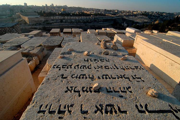Gerusalemme / Israele.Cimitero ebraico del Monte degli Ulivi..Sullo sfondo le antiche mura di Gerusalemme e la spianata delle moschee..Foto Livio Senigalliesi..Jerusalem / Israel.The Jewish Cemetery on the Mount of Olives..Jews have sought since antiquity to be buried on the Mount of Olives, where according to the Bible (Zech. 14:4) the resurrection will begin when the Messiah comes. Eventually, the cemetery grew to cover the entire western and much of the southern slopes. .The earliest tombs are located at the foot of the mountain in the Kidron Valley..Photo Livio Senigalliesi