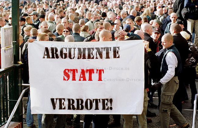 Etwa 1.200 Neonazis und Skinheads versammelten sich in Berlin zu einer Demonstration unter dem Motto: &quot;Meinungsfreiheit statt Verbote&quot;. Aufgerufen hatte eine sogenannte &quot;Kameradschaft Germania Berlin&quot;.<br /> Hier: Skinheads mit Transparent &quot;Argumente statt Verbote&quot; vor der Demonstration.<br /> 4.11.2000, Berlin<br /> Copyright: Christian-Ditsch.de<br /> [Inhaltsveraendernde Manipulation des Fotos nur nach ausdruecklicher Genehmigung des Fotografen. Vereinbarungen ueber Abtretung von Persoenlichkeitsrechten/Model Release der abgebildeten Person/Personen liegen nicht vor. NO MODEL RELEASE! Nur fuer Redaktionelle Zwecke. Don't publish without copyright Christian-Ditsch.de, Veroeffentlichung nur mit Fotografennennung, sowie gegen Honorar, MwSt. und Beleg. Konto: I N G - D i B a, IBAN DE58500105175400192269, BIC INGDDEFFXXX, Kontakt: post@christian-ditsch.de<br /> Bei der Bearbeitung der Dateiinformationen darf die Urheberkennzeichnung in den EXIF- und  IPTC-Daten nicht entfernt werden, diese sind in digitalen Medien nach &sect;95c UrhG rechtlich gesch&uuml;tzt. Der Urhebervermerk wird gemaess &sect;13 UrhG verlangt.]