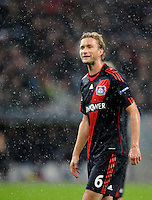 FUSSBALL   CHAMPIONS LEAGUE   SAISON 2011/2012  Bayer 04 Leverkusen - FC Valencia           19.10.2011 Simon ROLFES (Bayer 04 Leverkusen) steht im Regen