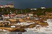 Europe/France/Aquitaine/64/Pyrénées-Atlantiques/Pays-Basque/Biarritz:  Le Port des Pëcheurs, par gros temps et en fond la Villa le Goëland - Maison d'Hôtes