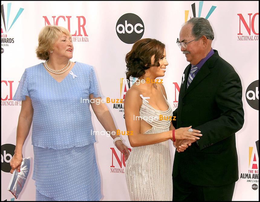 EVA LONGORIA ET SES PARENTS  - ARRIVEES AUX NCLR ALMA AWARDS 2006.2006 ALMA AWARDS AT THE SHRINE AUDITORIUM IN LOS ANGELES..MAY 7, 2006...PIC : Eva Longoria & parents