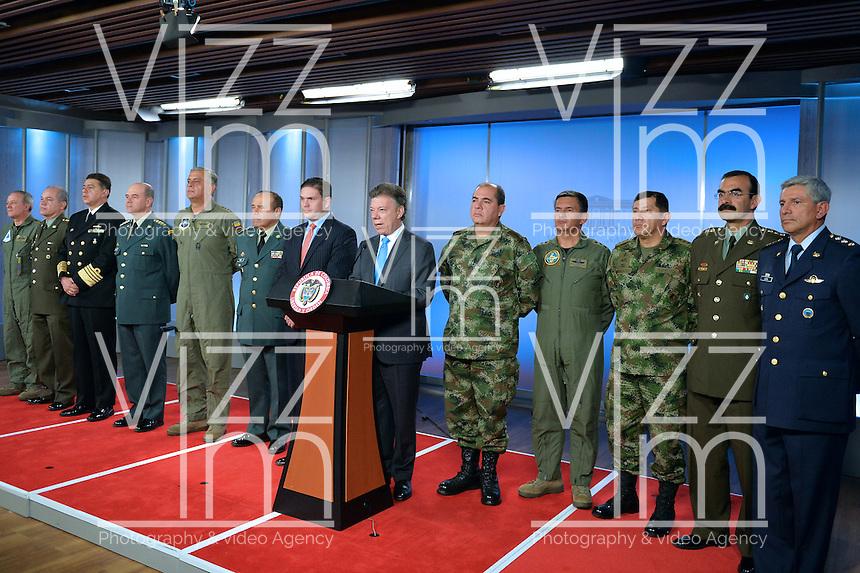 BOGOT&Aacute; - COLOMBIA, 12-08-2013. Juan Manuel Santos, presidente de Colombia, present&oacute; la nueva c&uacute;pula militar hoy en el Palacio de Nari&ntilde;o en Bogot&aacute;, Colombia./ Colombian president, Juan manuel Santos introduced the new members of the military leadership today at Nari&ntilde;o Palace in Bogota, Colombia.<br /> La nueva C&uacute;pula Militar est&aacute; integrada por: Comandante General de las Fuerzas Militares, mayor general Leonardo Barrero; Jefe del Estado Mayor Conjunto de las Fuerzas Militares, mayor general Hugo Acosta; Comandante del Ej&eacute;rcito, mayor general Juan Pablo Rodriguez; Comandante de la Armada Nacional, vicealmirante Hernando Wills; Comandante de la Fuerza A&eacute;rea Colombiana, mayor general Guillermo Le&oacute;n; y el Director Polic&iacute;a Nacional, mayor general Rodolfo Palomino. Photo: Javier Casella VizzorImage/- SIG /HANDOUT PICTURE; THIS PICTURE IS DISTRIBUTED AS A SERVICE TO OUR CLIENTS/ MANDATORY USE EDITORIAL ONLY/