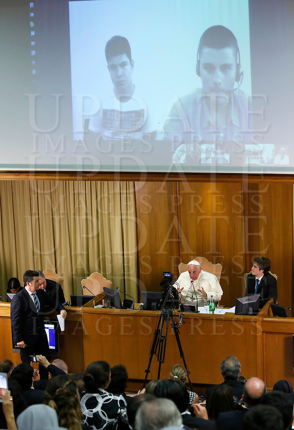 Papa Francesco parla in interconnessione agli studenti di diversi paese durante l'udienza i partecipanti all'Incontro Mondiale dei Dirigenti di Scholas Occurentes, nell'Aula del Sinodo, Citta' del Vaticano, 4 settembre 2014.<br /> Pope Francis talks with students from different countries connected via Internet during his meeting with participants in the &quot;Scholas Occurentes&quot; executives world meeting, at the Vatican, 4 September 2014.<br /> UPDATE IMAGES PRESS/Riccardo De Luca<br /> <br /> STRICTLY ONLY FOR EDITORIAL USE