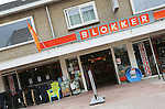Foto: VidiPhoto<br /> <br /> ELST - De nog niet gerestylede winkel van Blokker in het Gelderse Elst. Blokker heeft vorig jaar 52 miljoen euro verlies geleden. Dat is meer dan een verdubbeling vergeleken met 2014. Toen kwam het verlies van het detailhandelsconcern uit op 20 miljoen euro. Belangrijkste oorzaak voor het negatieve resultaat zijn de onder druk staande marges. De omzet daalde licht. Bij de huishoudwinkels (Blokker, Marskramer) zijn de problemen het grootst en liep de omzet terug met 1,7 procent. Andere oorzaak zijn de kosten van reorganisatie van de verschillende winkelketens. Bij Blokker en Xenos zijn vorig jaar ruim 400 medewerkers ontslagen. Dit jaar neemt het winkelbedrijf opnieuw afscheid van ruim 300 werknemers. Tegelijkertijd met de ontslagen werd onlangs een uitvoerige restyling van het merk Blokker aangekondigd. Ook is er een opfrisoperatie gaande van een aantal winkels. Het resultaat was veel slechter geweest als de online-verkopen niet waren gestegen. Die gingen met 37 procent omhoog, naar 133 miljoen euro. Het Nederlandse familiebedrijf heeft elf winkelformules in acht landen, met circa 2400 winkels en 22.000 medewerkers.