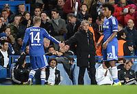 FUSSBALL   CHAMPIONS LEAGUE   SAISON 2013/2014   Vorrunde  in London FC Chelsea - FC Schalke     06.11.2013 Auswechslung von Andre Schuerrle (li, FC Chelsea) klatscht Trainer Jose Mourinho (Mitte, FC Chelsea) ab