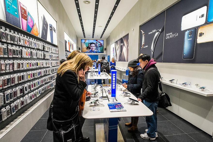 Nederland, Amsterdam, 13 dec 2014<br /> Behalve dat Apple een heel mooie grote winkel heeft op het Leidsplein, heeft Samsung nu ook een eigen winkel voor telefoons en tablets in de Kalverstraat.<br /> Foto: (c) Michiel Wijnbergh