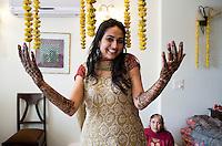 Delhi, India, 20 gennaio 2011. Matrimonio di Sumedha e Sapan. Il giorno precedente la funzione tutte le donne della famiglia si riuniscono a casa della sposa per la cerimonia dell'henna. Sumedha rimane ferma tre ore aspettando che mani e piedi vengano decorati da abili artigiani. L'henna viene applicato il giorno precedente in modo che abbia il tempo per fissarsi per il grande giorno..