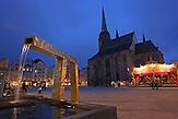 Das b&ouml;hmische Pilsen ist 2015 neben dem belgischen Mons, die Kulturhauptstadt Europas. Die Stadt des Biers wandelt sich zur europ&auml;ischen Kulturhauptstadt. <br /> Bild: Auf dem Platz der Republik steht die St.-Bartholom&auml;us-Kathedrale und vergoldete Brunnen, die die Figuren des Pilsner Stadtwappens darstellen.