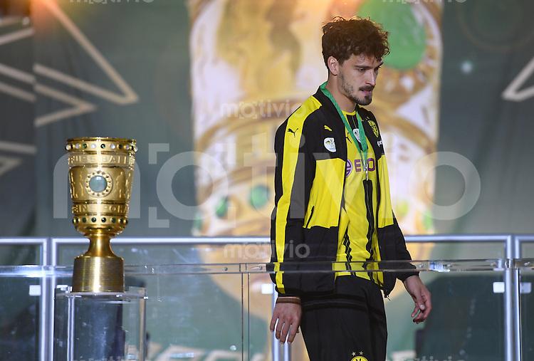 FUSSBALL  DFB POKAL FINALE  SAISON 2015/2016 in Berlin FC Bayern Muenchen - Borussia Dortmund         21.05.2016 Mats Hummels (Borussia Dortmund) enttaeuscht auf dem Podium