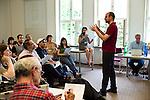 Teilnehmer während eines Vortrags.