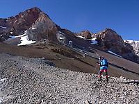 Jente ved Windy Crest , Aconcagua. Veien mot toppen, gjennom traversen og canaletaen i bakgrunnen. ---- Girl at Windy Crest, Aconcagua. The route to the top, through the traverse and the canaleta in the background.