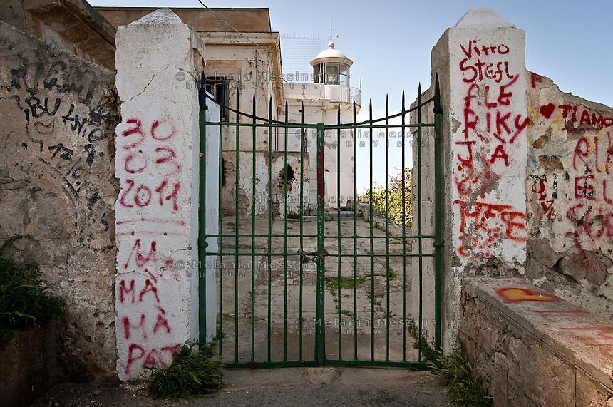 Il faro nella riserva naturale di Capo Gallo, senza gestione e in abbandono.<br /> the lighthouse of Capo Gallo nature reserve, now abandoned