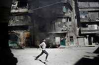 SYRIA, ALEPPO : A civilian escapes from mortar shelling in Aleppo, on September 26, 2012. ALESSIO ROMENZI