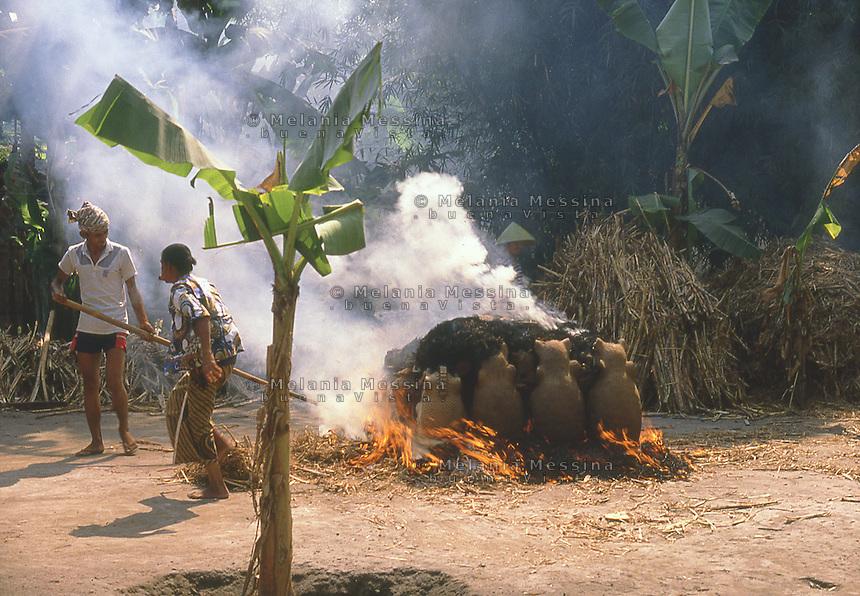 Indonesia, Java island, artisans working with clay.<br /> Indonesia; Giava, artigiani che lavorano con la terracotta