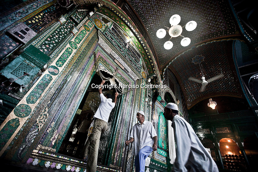 Kashmri muslim men arrive at the Dastgir Saheb shrine to offer prayings and brake their fasting in Srinagar. Muslims around the world are attending the holy month of Ramadan, where they observe the devout fast from dawn to dusk.