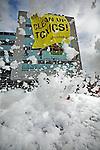 Nederland,Amsterdam, 29-03-2010 Actievoerders van Greenpeace houden een grote schoonmaak bij het hoofdkantoor van Dell in Amsterdam. Met bergen schuim blokkeren ze de ingang. Klimmers hangen een groot spandoek voor de gevel dat de hoogste baas van Dell oproept  gif uit te bannen en alleen nog schone apparaten te maken. Dell beloofde eerder om de schadelijkste stoffen uit zijn electronica te halen maar kwam kortgeleden op deze belofte terug. Foto: Gerard Til