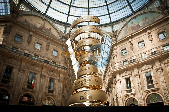 The Giro d&rsquo;Italia Trofeo Senza Fine on display in Milan's Galleria Vittoria Emanuele. Milan, Italy. 20th April 2017.<br /> Picture: LaPresse | Cyclefile<br /> <br /> <br /> All photos usage must carry mandatory copyright credit (&copy; Cyclefile | LaPresse)
