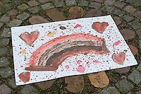 Kinder malen mit selbstangemischten Erdfarben, Farbe aus verschiedenfarbiger Erde, fertige Gemälde, Bild aus Farbe mit Erde, Wasser und Kleister