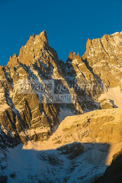Italie, Val d'Aoste, Courmayeur, le versant italien du Mont Blanc, depuis le Val Ferret à l'aube //Italie, Aosta Valley, Courmayeur, Italian side of Mont Blanc, from the Val Ferret at dawn