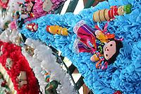 Quer&eacute;taro, Qro. 12 Septiembre 2012. Desde Hace 25 a&ntilde;os Don Juan Acosta es quien dise&ntilde;a la portada que se monta a la entrada del  templo de la Santa Cruz que durante este a&ntilde;o estar&aacute; adornada con juguetes de madera tra&iacute;dos desde Toluca.<br /> Son tres las personas que contribuyen a realizar este adorno en su mayor&iacute;a de la ciudad de M&eacute;xico y aunque no obtienen  un ingreso por elaborarla dicen es  una satisfacci&oacute;n y una tradici&oacute;n familiar el realizarlo. <br /> Trabajan durante cuatro d&iacute;as aproximadamente para terminar de adornar a tiempo la portada de la iglesia, Don Juan oriundo de Iztacalco menciona que aunque parezca un adorno sencillo ya que es elaborado de flores de pl&aacute;stico no es tarea f&aacute;cil, en ocasiones dependiendo el material que se utilice se complica el montaje hace un recuento por a&ntilde;os anteriores donde incluso se le ha incendiado por el material con el que es elaborado o se ha venido abajo por el peso de este temiendo que alguien pueda resultar herido pero sin mayores contratiempos ha transcurrido esta fiesta que es ya una tradici&oacute;n muy esperada por los Queretanos.<br /> FOTO: Yunuen Aviles/Agencia Obtura.