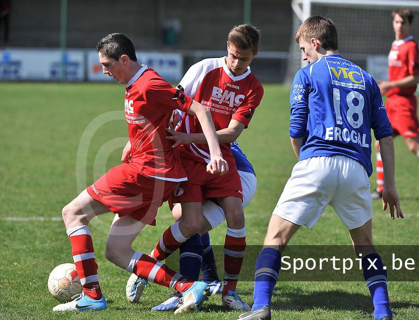 Zwevegem Sport - SK Oostnieuwkerke  : duel tussen Lionel Vanleynsteele aan de bal , Indy Vancraeyveldt en de toekijkende Kevin Wullaert (rechts).foto VDB / BART VANDENBROUCKE