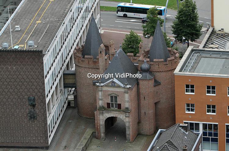 Foto: VidiPhoto..ARNHEM - De binnenstad van Arnhem, gezien vanaf de Eusebiustoren. Foto: De Sabelpoort met links een deel van het provinciehuis..