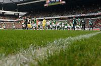 FUSSBALL   1. BUNDESLIGA   SAISON 2013/2014   9. SPIELTAG SV Werder Bremen - SC Freiburg                           19.10.2013 Einlauf der Mannschaften