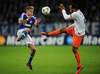 FUSSBALL   CHAMPIONS LEAGUE   SAISON 2012/2013   GRUPPENPHASE   FC Schalke 04 - Montpellier HSC                                   03.10.2012 Lewis Holtby (FC Schalke 04) gegen Garry Bocaly (re, MHSC)