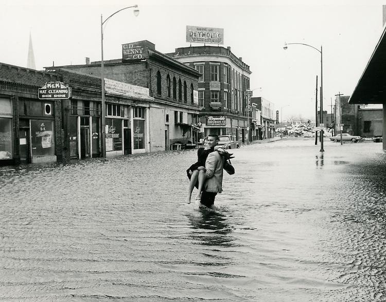 1962  March  08..Historical         ..1962 NORFOLK FLOODING..CLIFTON GUTHRIE.NEG#.961-E..