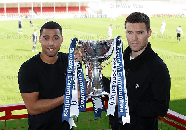 Kane Hemmings of Rangers and Simon Ramsden of Motherwell