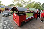 Foto: VidiPhoto<br /> <br /> DOORWERTH/RENKUM - Op de Veluwe is een wat bizarre supermarktoorlog uitgebroken. Omdat in het dorp Doorwerth beide supermarkten gesloten zijn vanwege een verbouwing, proberen de supers Plus en Jumbo in Renkum daarvan te profiteren door klanten te lokken. Jumbo laat een bus pendelen tussen Renkum en Doorwerth. Plus zet een zelfs een treintje in en dat blijkt te werken. Bovendien krijgen de nieuwe klanten van Plus behalve een gratis ritje heen en terug naar Doorwerth, ook een tegoedbon voor koffie en gebak. De trein blijft rijden zolang de verbouwing van de supermarkten duurt en dat is naar verwachting tot eind oktober. Foto: De eerste klanten pendelen maandag met het treintje tussen Doorwerth en Renkum. De worden zelfs bij de 'vijand' opgehaald.
