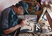 Cuba/La Havane: Torcedor - Fabrique de cigares Fabrica Partagas, Casa del Habano, Calle Industria N°520, Habana Vieja - Détail de la fabrication d'un cigare : les feuilles de tabac sont roulées à la main