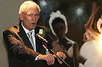 Foto: VidiPhoto<br /> <br /> APELDOORN - Ds. R. van Kooten van de Hersteld Hervormde gemeente Apeldoorn is zaterdag geridderd. De versierselen behorend bij koninklijke onderscheiding Ridder in de Orde van Oranje-Nassau werden hem opgespeld door de loco-burgemeester van Apeldoorn Hans Brouwer. Ds. Van Kooten was zaterdag precies 40 jaar predikant. In zijn dankwoord noemde Van Kooten als meest ingrijpende gebeurtenis in zijn leven, de breuk in de Nederlandse Hervormde Kerk van 2004.
