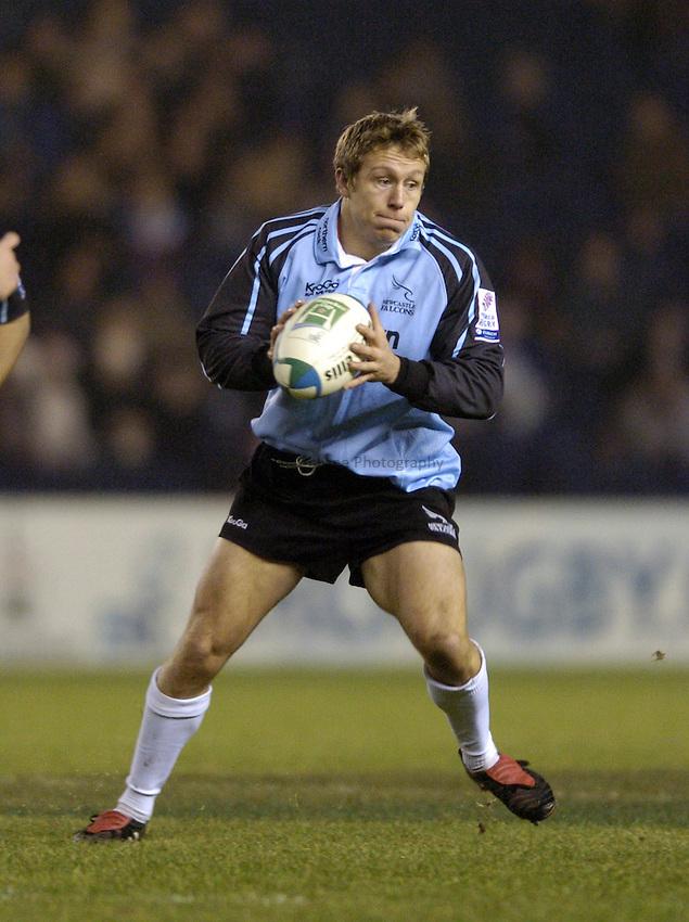 Photo. Jed Wee..Edinburgh Rugby v Newcastle Falcons , Heineken Cup, 11/12/2004..Newcastle's Jonny Wilkinson attacks.