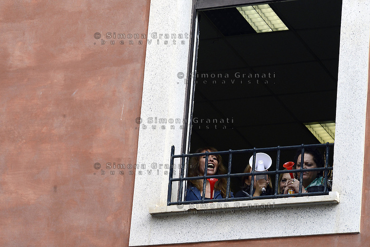 Roma, 4 Dicembre 2014<br /> Lavoratrici e lavoratori della societ&agrave; Milano 90 protestano dalle finestre degli uffici di Roma Capitale in via delle Vergini contro i licenziamenti.