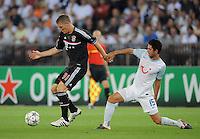 FUSSBALL   CHAMPIONS LEAGUE   SAISON 2011/2012  Qualifikation  23.08.2011 FC Zuerich - FC Bayern Muenchen Bastian Schweinsteiger (li, FC Bayern Muenchen) gegen Oliver Buff (FC Zuerich)