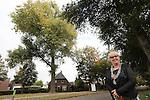 Foto: VidiPhoto<br /> <br /> SCHIJNDEL  - Burgemeester Jetty Eugster van de gemeente Schijndel bij een oude populier in de bebouwde kom.