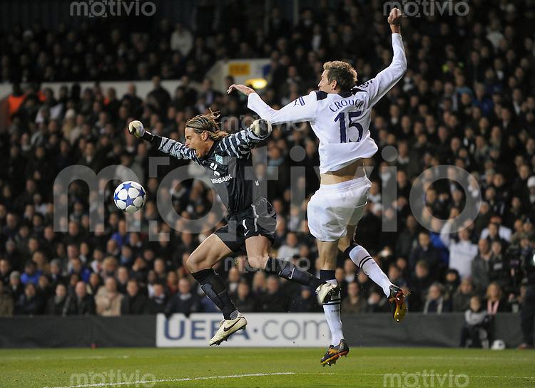 FUSSBALL   CHAMPIONS LEAGUE   SAISON 2010/2011  GRUPPE  A   24.11.2010 Tottenham Hotspur - SV Werder Bremen       Torwart Tim Wiese (li, SV Werder Bremen)  gegen Peter Crouch (Tottenham)