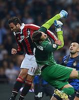 FUSSBALL INTERNATIONAL   SERIE A   SAISON  2012/2013   7. Spieltag AC Mailand  - Inter Mailand                     07.10.2011 Torwart Samir Handanovic (Inter Mailand) gegen Giampaolo Pazzini (li, AC Mailand)